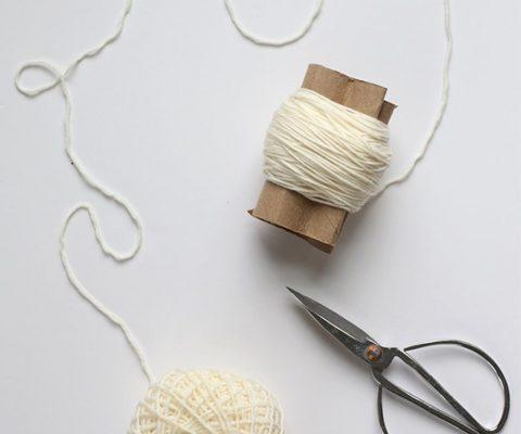 Tuto déco : un tapis de pompons pour ton studio
