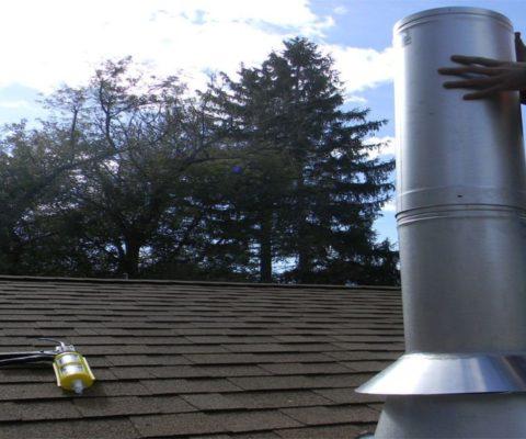 Installation d'un tuyau de cheminée pour un poêle à bois à travers un plafond plat